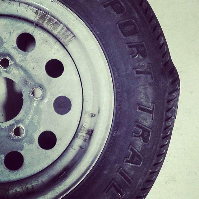 トレーラーのタイヤがヤバイ… #boattrailer #tire #コブが出来てる #バースト寸前? #縁石に乗り上げたせいかな… #そもそも6年履いたけれど