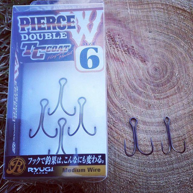 """あれ、""""ピアスダブル""""って変わりました? #ryugi #piercedouble #doublehook #同じ6番でも大きめ? #線形も太い #向かって左が新バージョン"""