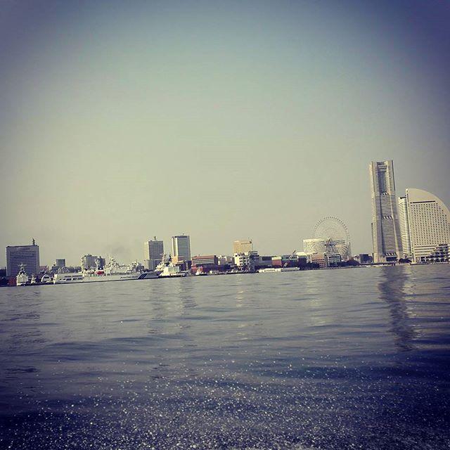 東京湾って、本当に素晴らしいシチュエーションで釣りできますよね… #tokyowan #yokohama #bayarea #boatseabass #ボートシーバス #こんな大都会で釣りができるとは…
