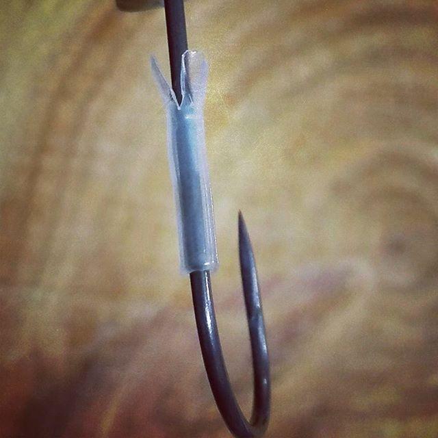 収縮チューブは、二股にしてからあぶると良さそうです… #自作ワームキーパー #収縮チューブ #接着剤も忘れずに #結構しっかり止まります #2mm径位が適度かな…