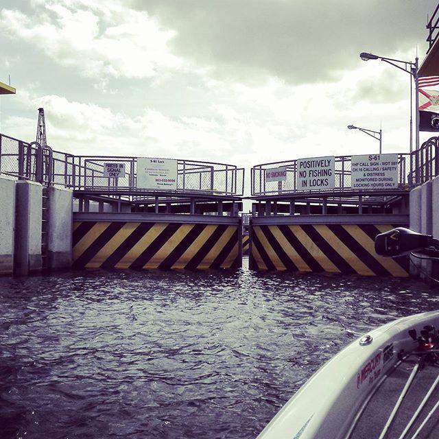 湖と水路を繋ぐ水門。いやもう軽くアドベンチャーですよ… #lock #この先にまた別の湖が #だからキシミーチェーンと言うらしい #琵琶湖南湖が5つくらい繋がってるイメージ? #何せ果てしないですわ…