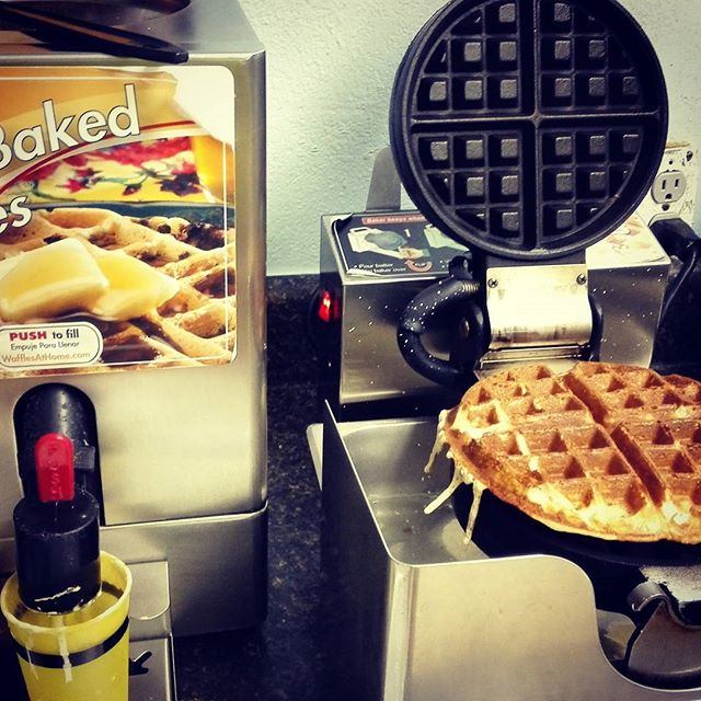モーテルの朝食、ワッフル焼き器とかあって驚きです… #何と生地が出てきます #そしてやたらとデカい #しかしあんまり美味しくないのはご愛嬌ですかね…w