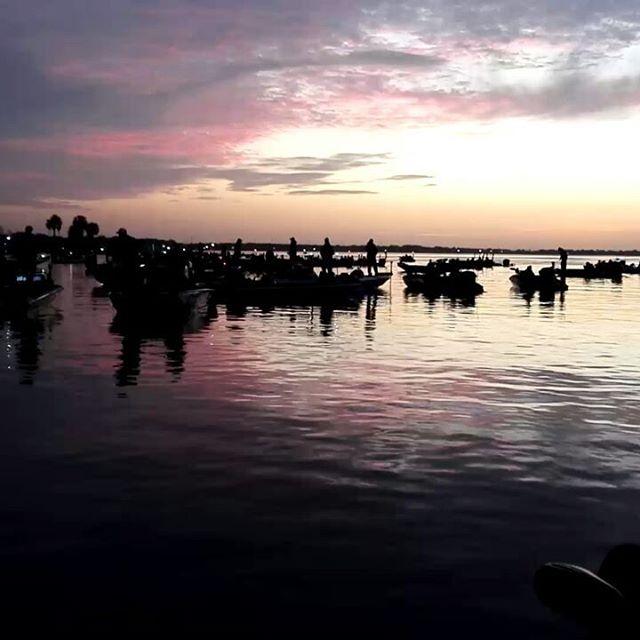 2日目、スタート!テイクオフする200艇、決勝に残れるのは12名のみ…。
