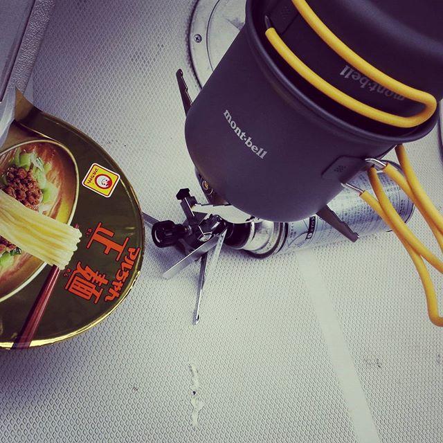 湖上のカップラーメンて、最高ですね… #イワタニ #ジュニアコンパクトバーナー #モンベル #アルパインクッカー #ディープ11 #クッカーの中にコンパクトに収納可 #普通のガスカートリッジが使える #ジェットボイルよりかなりお手頃 #問題は風に弱いことですかね…