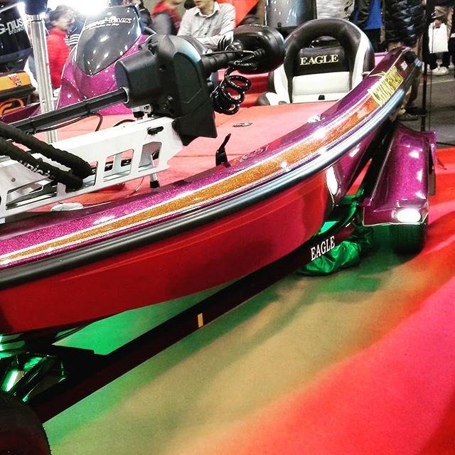 イーグル155、かなり魅力的な一艇でした… #bassboat #スナガ #sunaga #eagle155 #サウザー450より半回り大きい感じ #公式に80馬力まで可能 #ストレージ類も一コマが大きい #デッキも若干広め #そしてトレーラーはガルバの上に黒塗装 #ソルトでも使えちゃう予感 #問題は価格ですかね…