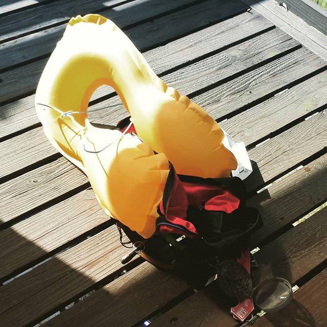 ライフジャケット、暴発!! #ライフジャケット #lifejacket #bluestorm #高階救命器具 #確かに大雨で濡れたけど #干している時に爆発するとは #換えボンベ買わなきゃなぁ…
