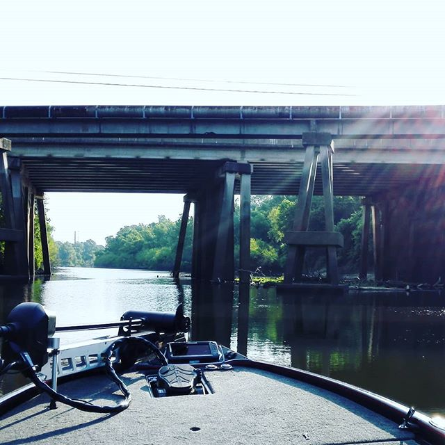 ちょっとした流入河川に見えも、奥行きが2〜30kmあったりします…
