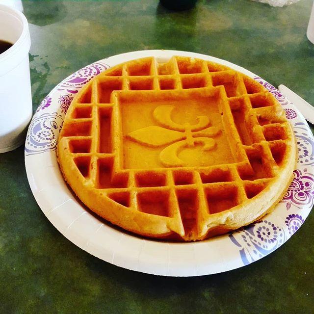 この味の無いワッフルが、無性に懐かしくなってしまう今日この頃です… #アメリカ #朝食 #コンチネンタルブレックファスト #ヨーグルトチーズスプレッドを塗るのが好みと気付いた #アメリカの食べ物も慣れれば意外とイケるかも?