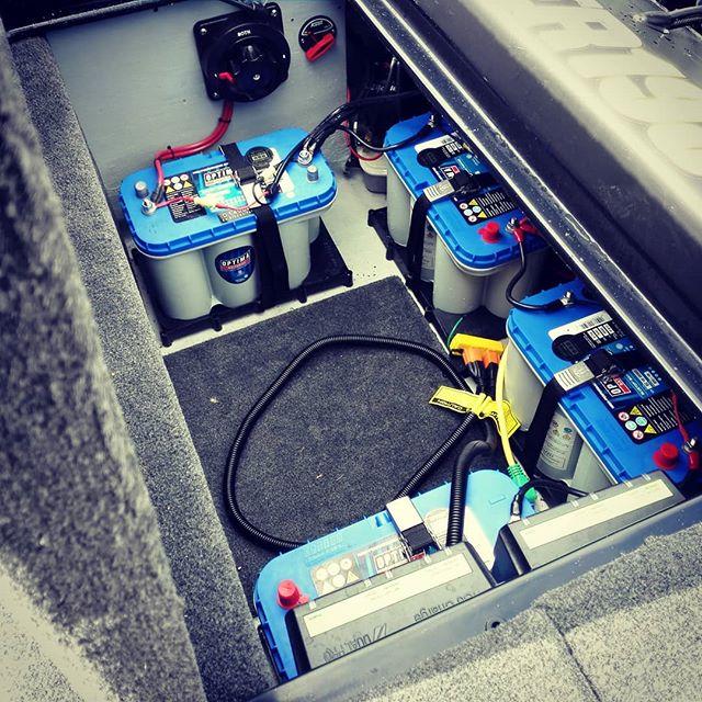 バスボートって、バッテリーの搭載位置で大きくバランス変わるのですね…#バスボート #バッテリー #オプティマ #ブルートップ #このパターンは後ろ4発 #前に1個移動させるだけで姿勢が変わる #セッティングって大事なんですね…