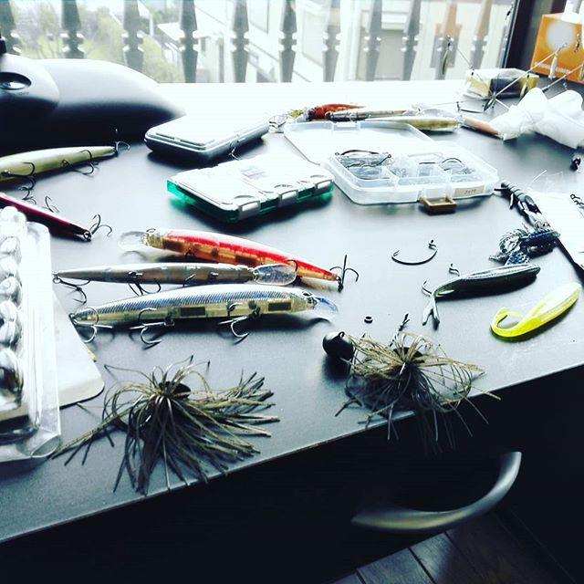 釣り人の机の上は、どうやっても片付かない…というのは居直りでしょうか!?#バスフィッシング #ルアー #無限の泥沼 #細かい所が気になりだすと #あーだこーだとキリがない #時間もお金も足りな過ぎです…