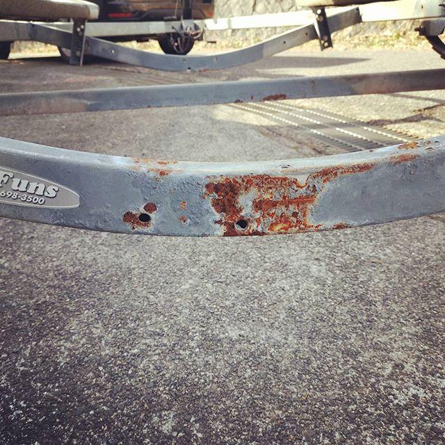 トレーラーの錆、削り落としてからローバル塗装します…#ボートトレーラー #錆 #車検 #ディスクグラインダー #bosch #roval #亜鉛塗料 #ソルトで使うと避けられませんね…