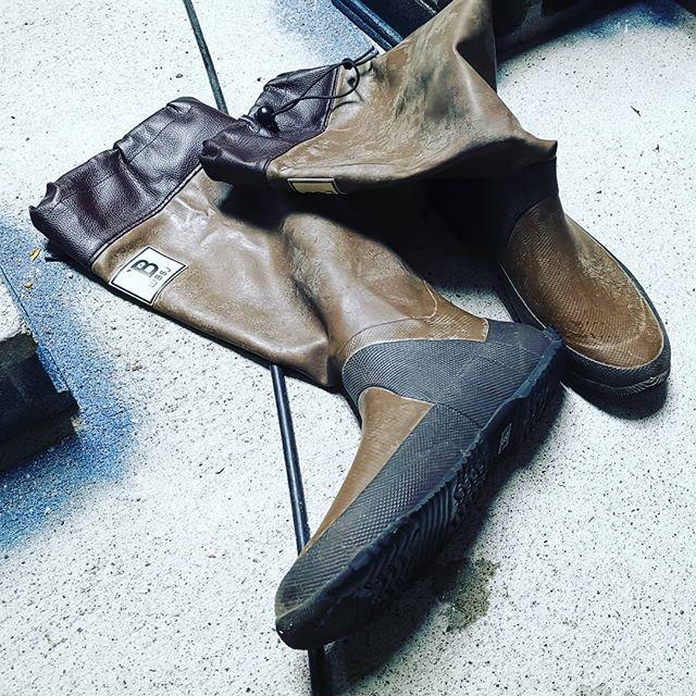 野鳥の会の長靴、履くと病みつきになりますね…#日本野鳥の会 #レインブーツ #長靴 #ゴムが非常に柔らかい #細身で動きやすさ抜群 #丈も長い #たたんで収納出来るのもメリット #大きめサイズを選ぶと良いかもです…