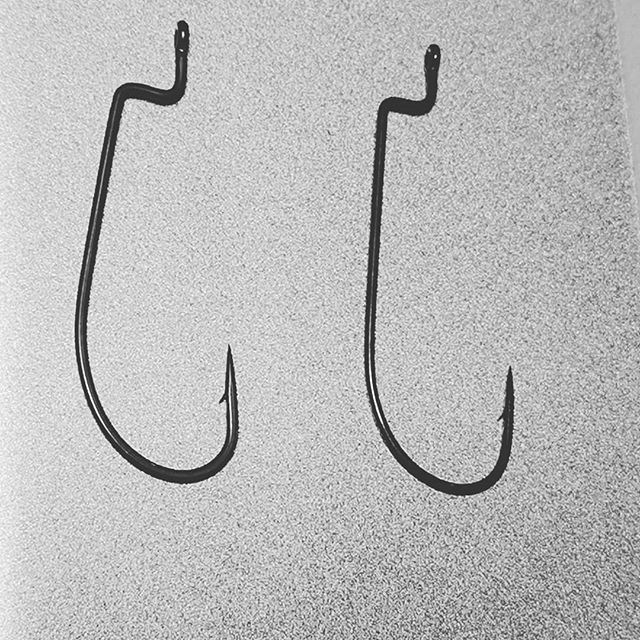 似ているようでかなり違う、2つのナローゲイプオフセット。#オフセットフック #ナローゲイプ #そして釣果もかなり違う #私は左が好きですが #右のフックも手放せない #さてこの2つは何でしょう? #正解は今日のDeeePSTREAMでw