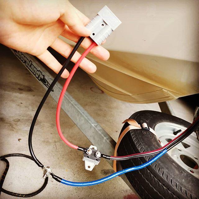 アンダーソン端子の接続完了!いよいよリチウムバッテリーのテスト開始です…#エレキモーター #ウルトレックス #24v80lb #バッテリーに付属のアンダーソン #ケーブルは10AWS #日本規格だと5.5sq #ブレーカーは50A #この後絶縁被覆します #さあちゃんと使えるでしょうか…?