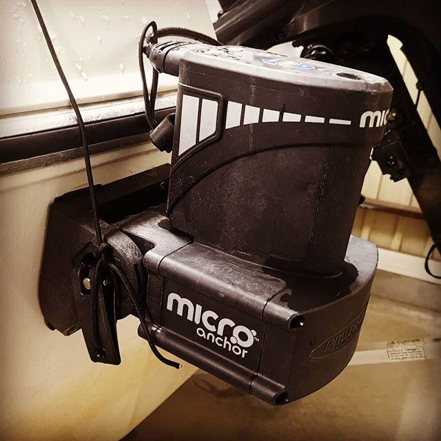 パワーポールマイクロアンカー、これ小型艇にはホント便利です…#powerpole #microanchor #自動でアンカリング可能 #リモコンボタンで操作簡単 #スティックイット #の棒を流用可能 #サウザー450クラスくらいなら #爆風でもステイ可能 #浜名湖の激流でもOKでした #価格も安くてお勧めです