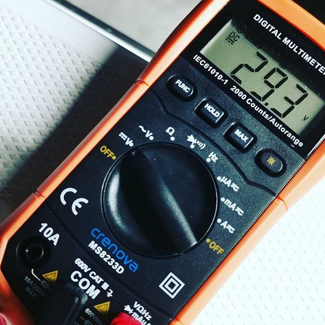 中華リチウムの電圧測定。満充電でこれだけあると、当然大きな差が出ますよね…#リチウムイオンバッテリー #CODDpower #24V60Ah #パワフルなのは納得ですが #色々負担も大きそう #配線見直した方が良いかな? #やはりブレーカーは要りそうですね…