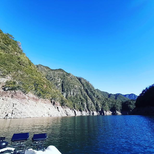 青い空のイケハラ。リザーバーってほんと景色が素晴らしいですね…#池原ダム #バスフィッシング #爆風でも波が立たない #凪だと本当に鏡のよう #今日は魚探がけだけでしたが #次回からは釣りこんでみます…