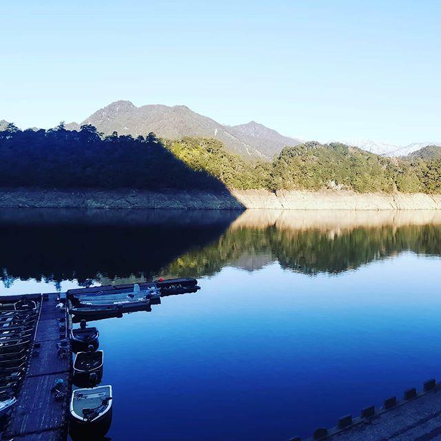 初めての池原ダム。想像以上に巨大でワクワクしちゃいます…。#池原ダム #下北山村 #ビッグバスの聖地 #トボトスロープ #1日じゃとても回りきれない #そして驚くほど超深い #これ一体どう攻略すれば良いのやら…